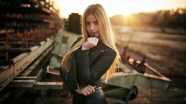 blonde-women-in-leather-jacket-hr.jpg