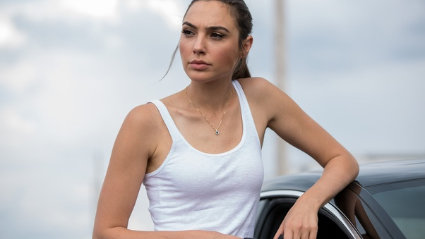gal-gadot-in-keeping-up-with-the-joneses-4k-mi.jpg
