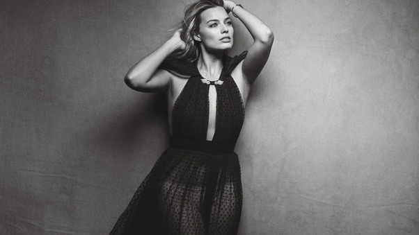 margot-robbie-2017-monochrome-ap.jpg