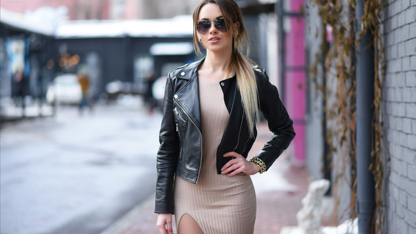 women-outdoors-leather-jacket-sunglasses-n4.jpg