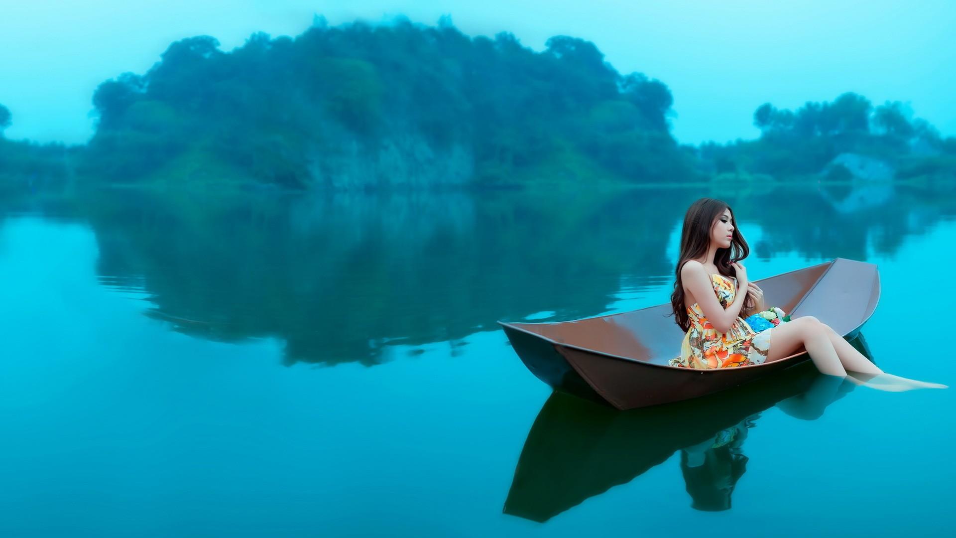 girl-in-boat-wallpaper.jpg