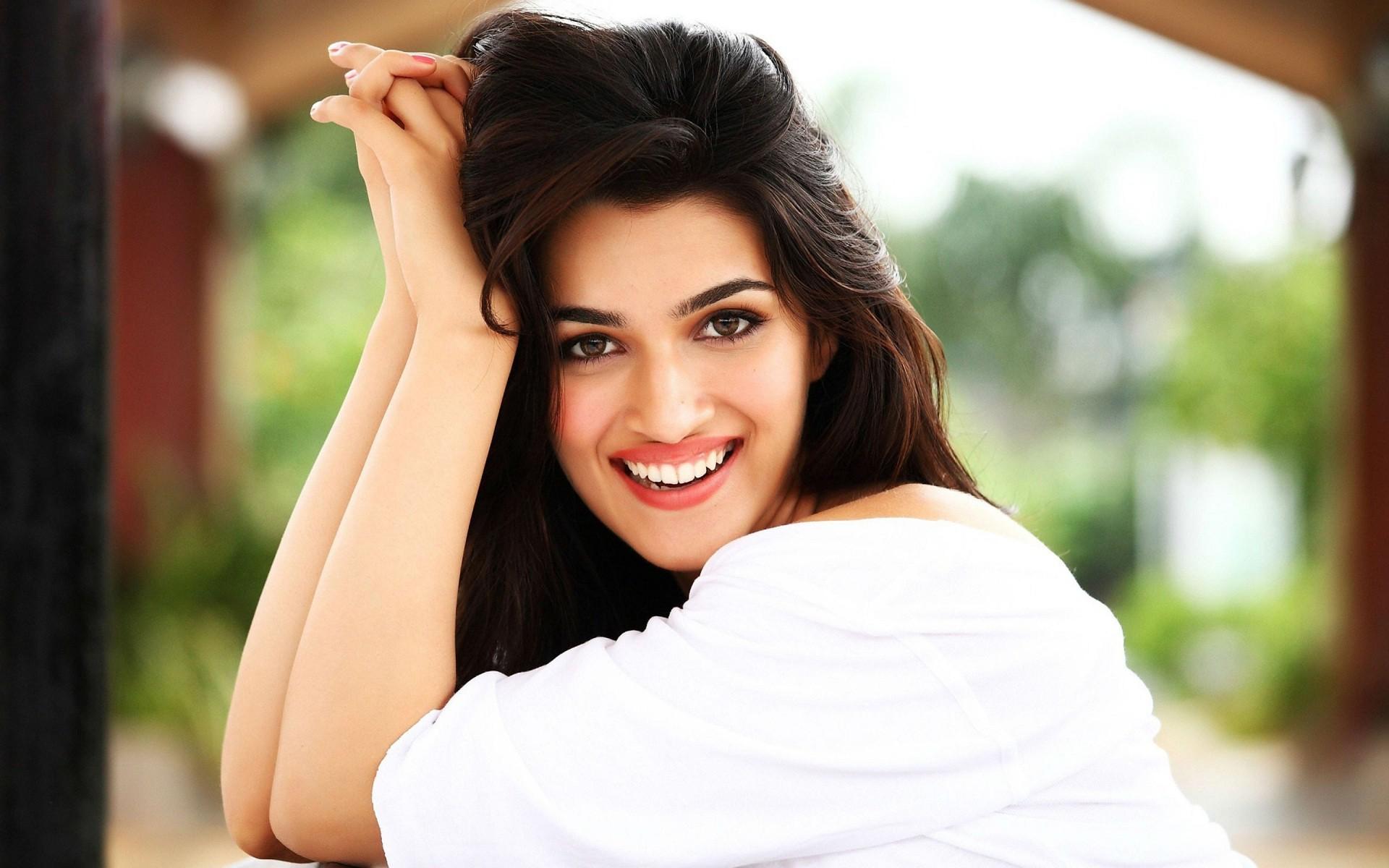 Kriti Sanon Smiling, HD Indian Celebrities, 4k Wallpapers