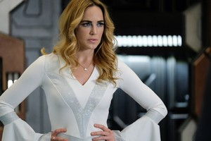 Caity Lotz As Sara Lance In Legends Of Tomorrow Wallpaper