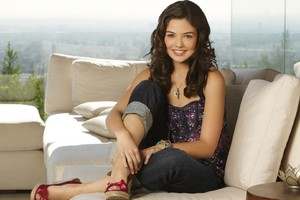 Danielle Campbell Smiling Wallpaper