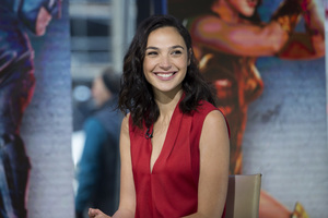 Gal Gadot Smiling 2017 Wallpaper