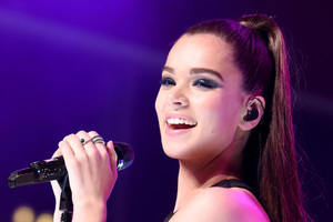 Hailee Steinfeld Singer Cute Smile Live Performing 2018 Wallpaper