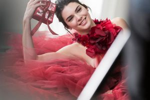 Kendall Jenner Smile Wallpaper