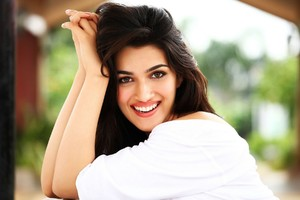 Kriti Sanon Smiling Wallpaper