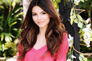 Victoria Justice Super Cute Wallpaper