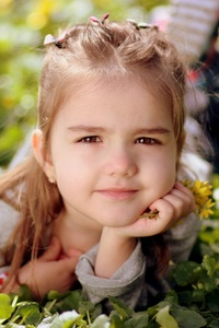 320x480 Cute Kid Girl Toddler