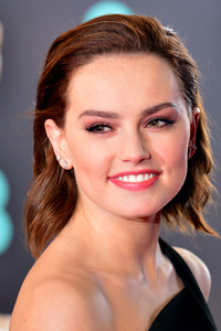 320x480 Daisy Ridley Smiling Premiere Famous Actress