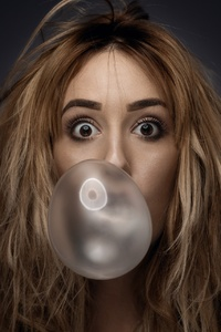 240x320 Girl Chewing Gum