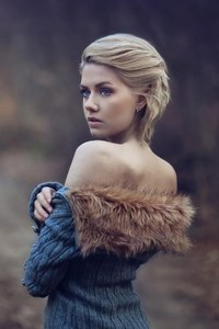480x800 Girl Wearing Fur Coat