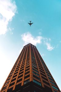 640x960 Plane Flying Over Building 4k