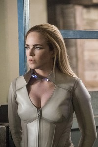 1080x1920 Sara Lance And Alex Denvers Legends Of Tomorrow Season 3 2017