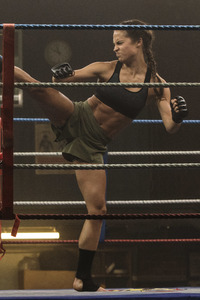 320x480 Tomb Raider 2018 Movie Alicia Vikander Doing Kick Boxing