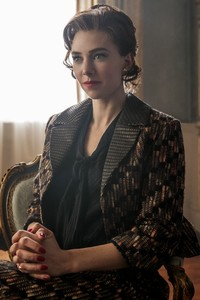 1080x1920 Vanessa Kirby As Princess Margaret In The Crown Tv Series