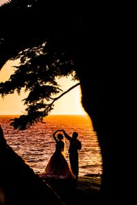 640x960 Weeding Couple Beach Silhouette